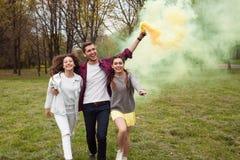 Jeunes gais posant avec la torche colorée Photographie stock