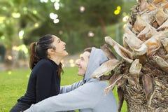 Jeunes garçon et fille dans le park_3 Images libres de droits