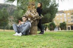 Jeunes garçon et fille dans le park_6 Image stock