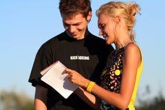 Jeunes garçon et fille mignons de couples Image stock