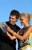 Jeunes garçon et fille mignons de couples image libre de droits