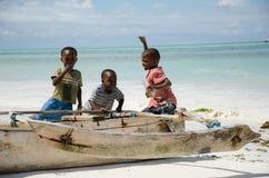 Jeunes garçons africains heureux sur le bateau de pêche Image libre de droits