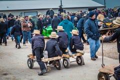 Jeunes garçons amish avec des chariots Photo libre de droits