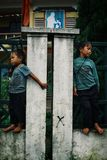 jeunes garçons attendant devant leur école dans un village de montagne photo libre de droits