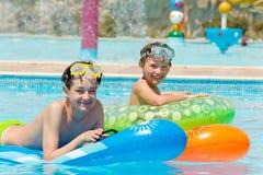 Jeunes garçons dans la piscine Photo stock