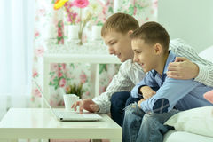 Jeunes garçons et ordinateur portable Photographie stock