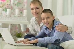 Jeunes garçons et ordinateur portable Photo stock
