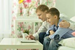 Jeunes garçons et ordinateur portable Images libres de droits