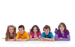 Jeunes garçons s'étendant sur l'étage Photos libres de droits