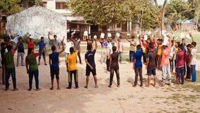 Jeunes garçons soulevant des mains se tenant dans une photo unique d'endroit photographie stock