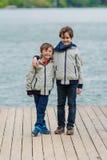 Jeunes garçons sur un dock Images libres de droits