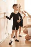 Jeunes garçons travaillant au barre dans une classe de danse de ballet Photos libres de droits