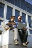 Jeunes garçons travaillant sur l'ordinateur portatif Photos stock