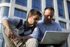 Jeunes garçons travaillant sur l'ordinateur portatif Image stock