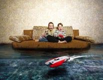 Jeunes garçon et fille avec le contrôle par radio Photographie stock