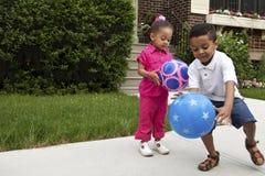 Jeunes garçons jouant à l'extérieur Image libre de droits