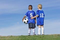 Jeunes garçons sur une équipe de football Images libres de droits