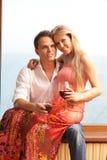 Jeunes glaces de fixation de couples avec du vin Photo stock