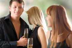 Jeunes glaces de fixation de couples et de femme avec le champagne Photographie stock libre de droits