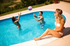 Jeunes heureux appréciant l'été Images stock