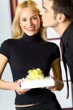 Jeunes heureux avec le cadeau Image stock