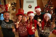 Jeunes heureux célébrant la nouvelle année Photo libre de droits