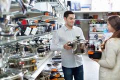 Jeunes heureux couples positifs dans la section de cookware Images libres de droits