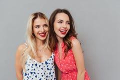Jeunes heureux deux amies de dames avec les lèvres lumineuses de maquillage Photos libres de droits