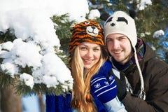 Jeunes heureux en hiver Photographie stock libre de droits