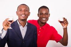 Jeunes heureux grillant avec du vin photo libre de droits