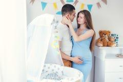 Jeunes heureux s'attendant à des couples dans l'amour Photographie stock