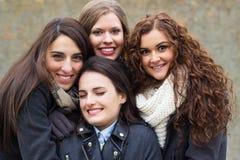 Jeunes, heureux, souriants amis Photo stock