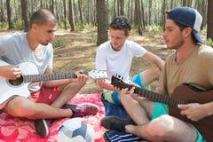 Jeunes hippies détendant dans la forêt dehors Image stock