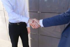 Jeunes homme d'affaires du type deux, associé, amis, rencontrés et g Images libres de droits