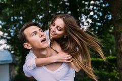 Jeunes homme et femme adultes de brune en parc Photos stock
