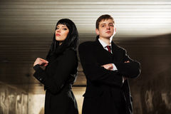 Jeunes homme et femme d'affaires dans de grunge un intérieur sous terre Photographie stock libre de droits