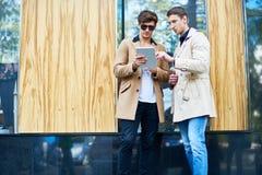Jeunes hommes à l'aide de la Tablette dans la ville Photos libres de droits