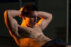 Jeunes hommes établissant avec une boule d'exercice Image stock