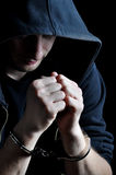 Jeunes hommes arrêtés avec des menottes Photo libre de droits