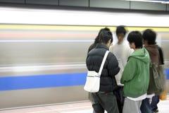 Jeunes hommes attendant un souterrain Photos stock