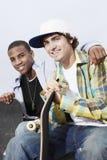 Jeunes hommes avec des planches à roulettes Photos stock