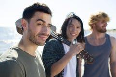 Jeunes hommes avec la guitare Photos libres de droits
