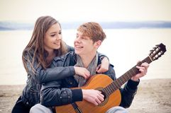 Couples de l'adolescence heureux Photo stock