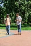 Jeunes hommes ayant la conversation tout en marchant dans le parc Images stock