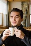 Jeunes hommes buvant du thé Photo stock