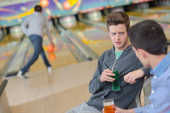 Jeunes hommes causant au bowling Photos stock