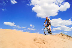 Jeunes hommes conduisant un vélo Photographie stock libre de droits