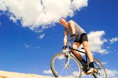 Jeunes hommes conduisant un vélo Photographie stock