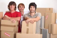 Jeunes hommes déménageant la maison Images libres de droits