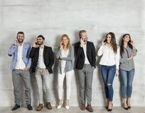 Jeunes hommes d'affaires élégants se tenant contre le mur Photos libres de droits